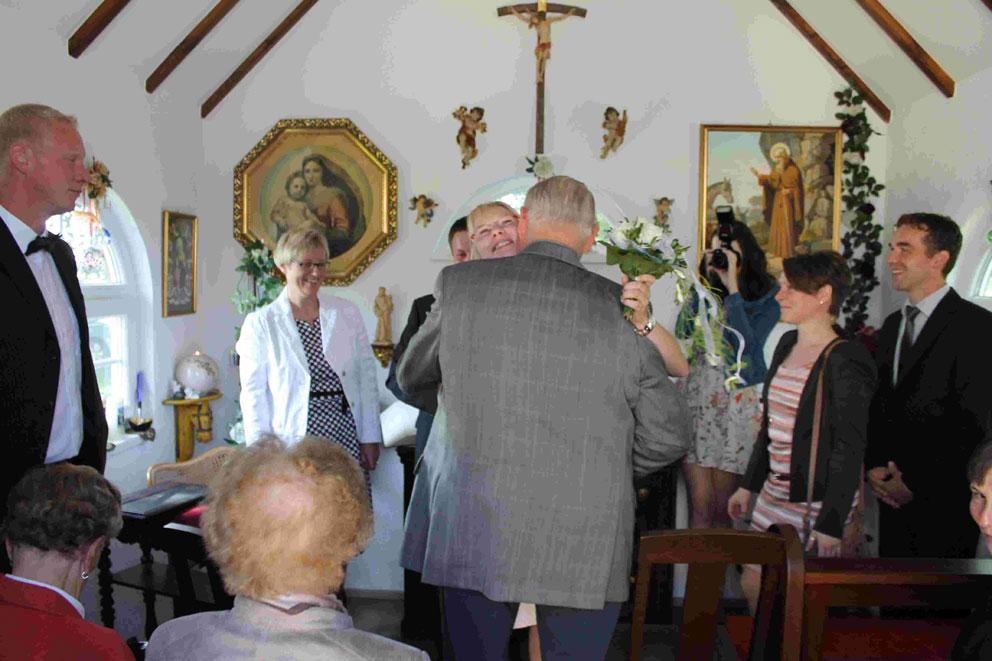 Gratulanten und Trauzeugen in der St. Leonhard Kapelle
