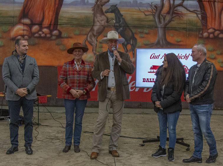 André engelhardt begrüßt Gäste auf der Ballermann Ranch zur Tiersegnung
